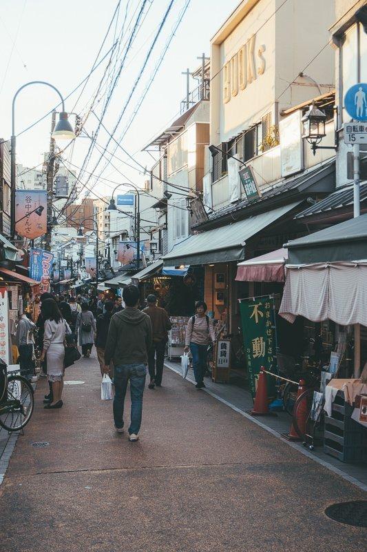 Ga de straat op en maak praatjes met de Japanners.