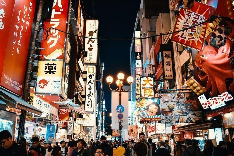 Een dagtrip Osaka vanaf Kyoto kan erg leuk zijn. Vergeet geen lopende sushi van de band te halen!