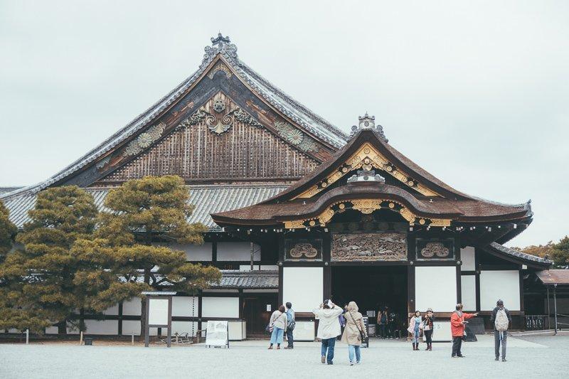 Struin door de tuinen van het Nijo kasteel.