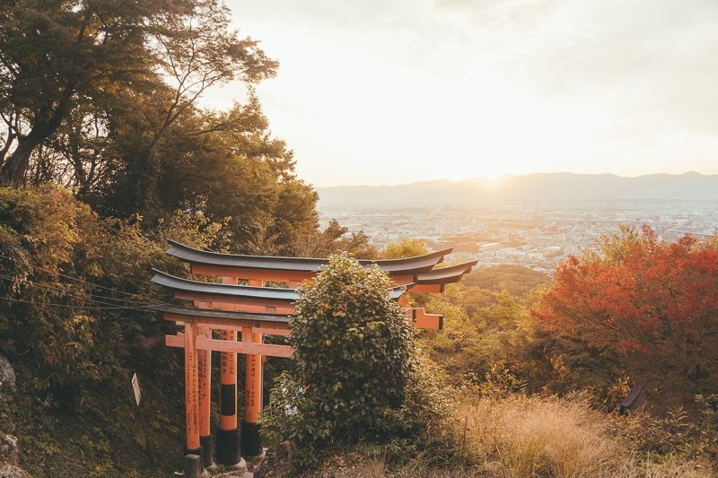Bekijk de zonsondergang bovenop de Fushimi Inari-Taisha in Kyoto. Een mooier uitzicht kun je niet wensen!