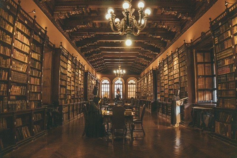 In het klooster van Santo Domingo vind je een prachtige oude bibliotheek.