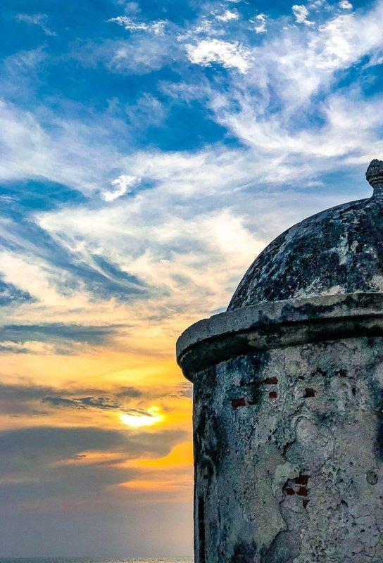 Wandel over de stadsmuren van Cartagena.