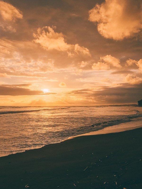 Een prachtige zonsondergang bij La Sirena in Costa Rica.