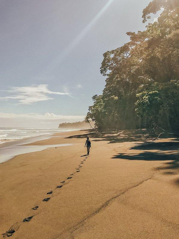 Wandelen over het strand van Costa Rica.