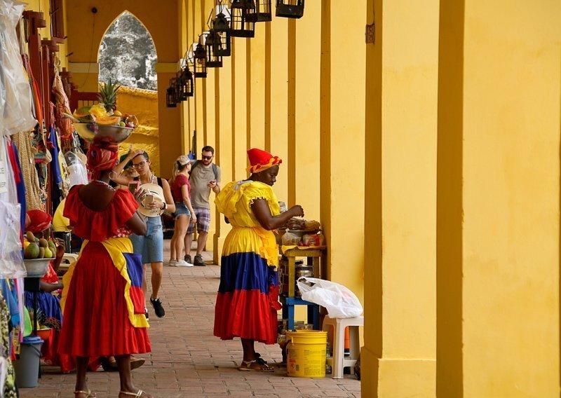 Langs de pleinen in Cartagena is het altijd gezellig.