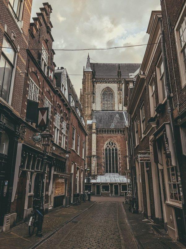 De Grote Markt is de bekende kerk in Haarlem.