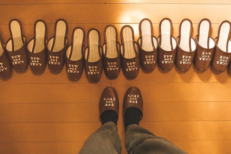 Als je een onsen betreedt in Japan, moet je je schoenen uitdoen en speciale slippers aan.