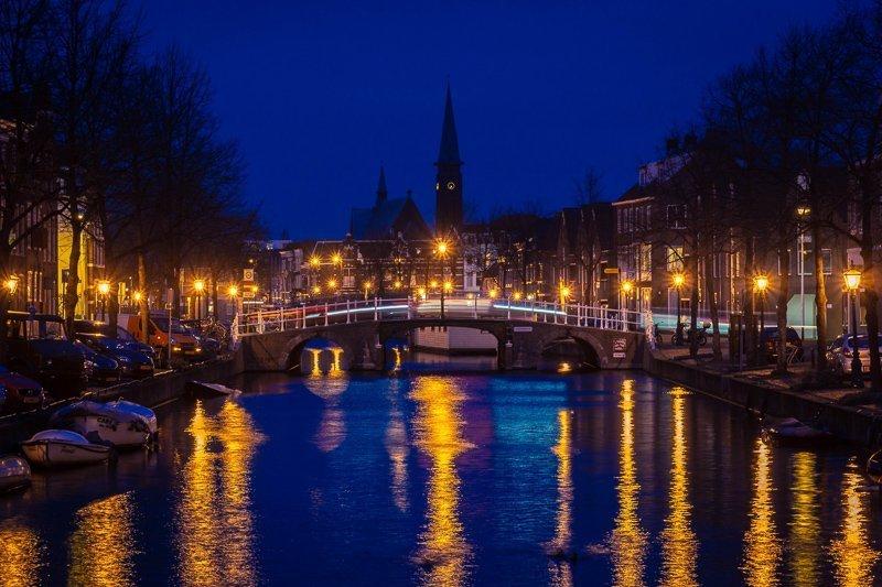 De grachten in Leiden worden in december omgetoverd tot een grote kerstmarkt.