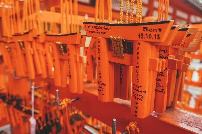Rode kleine torii poorten die zijn gedoneerd in Kyoto.