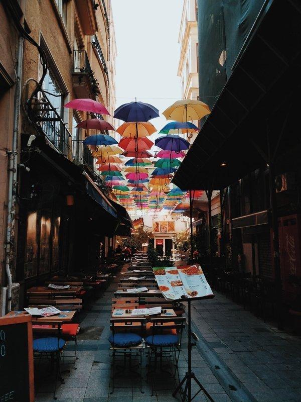 Eet een hapje bij Nevizade, een van de leukste straatjes.
