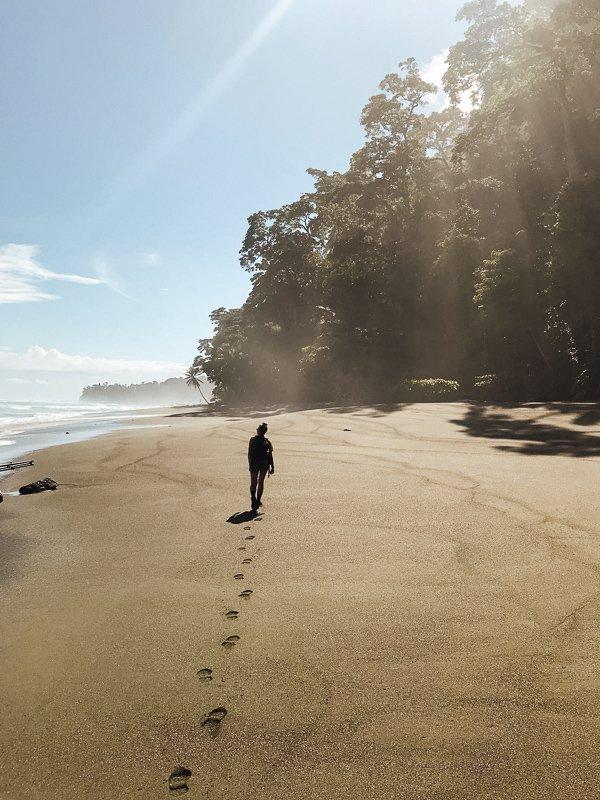 Wandelen over het strand van het Corcovado National Park.