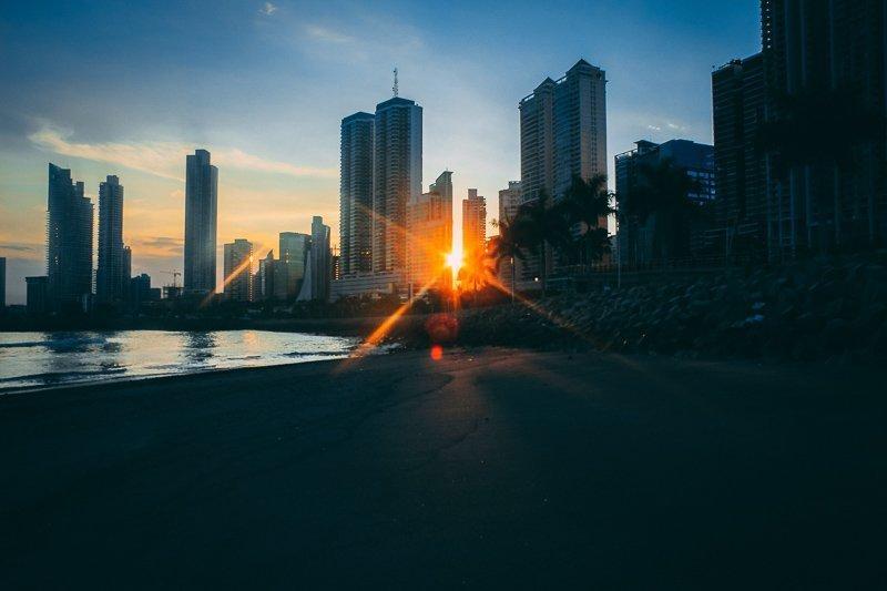 De zonsondergang in Panama Stad.