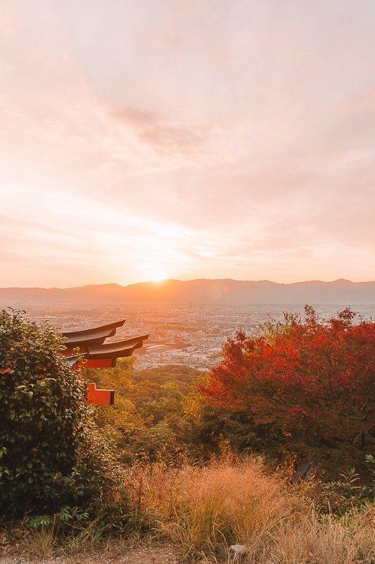 Bekijk de zonsondergang vanaf het complex van Fushimi Inari-Taisha.