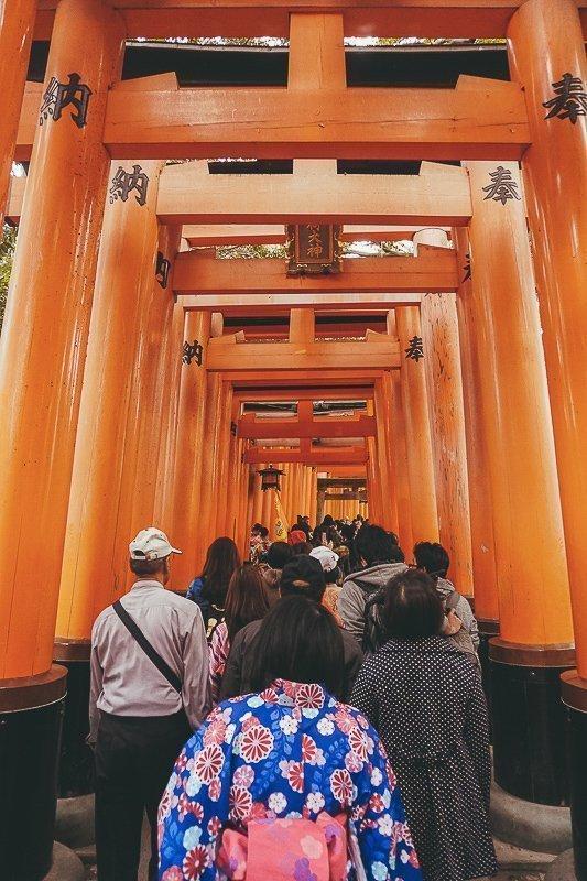 Het begin van het torii complex in Kyoto is heel druk, maar daarna wordt het rustig.