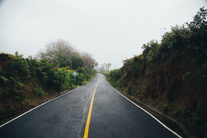 Huur een auto of reis met de bus door de mooie landschappen.