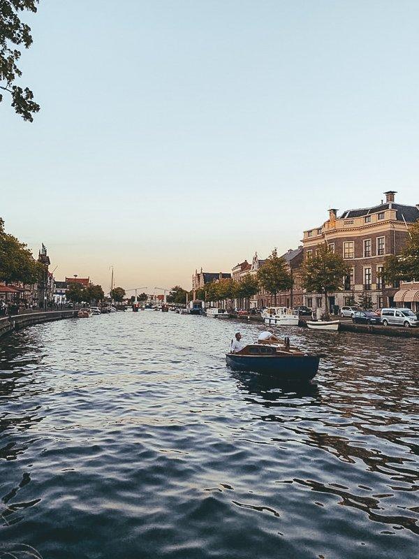 Tijdens de zomermaanden in Haarlem moet je zeker een boot huren.