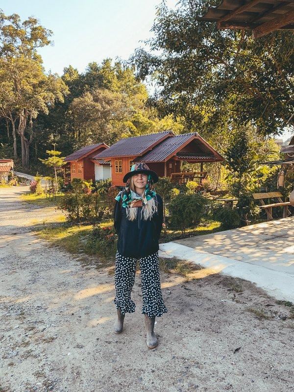 Tijdens een tour van Duara Travels help je de Karen stam met de rijstoogst.