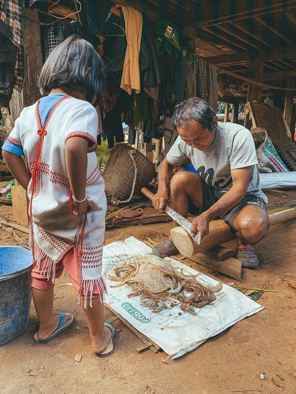Eten maken voor de biggen en kippen.
