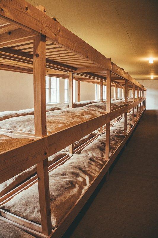 Hier sliepen de gevangenen in het concentratiekamp.