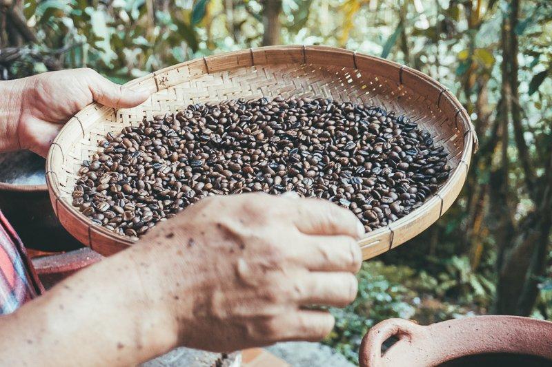 Koffie maken in Pha Mon, een bergdorp het Doi Inthanon National Park.