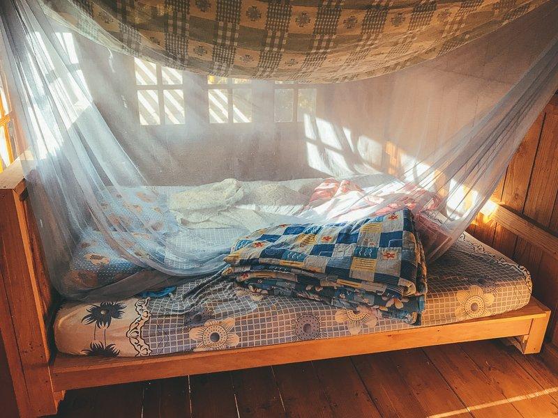 Tijdens een paar dagen bij een bergstam in Pha Mon snap je in een houten bungalow.