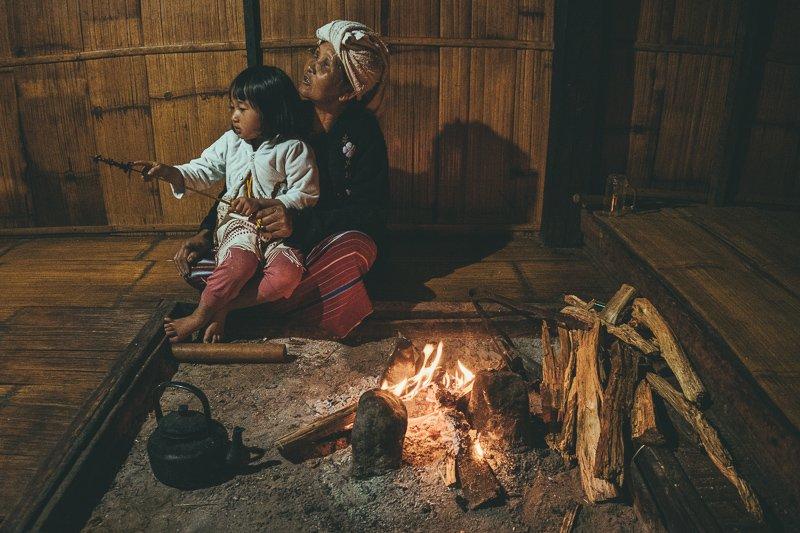 Eten bij een Karen stam in het Doi Inthanon National Park.