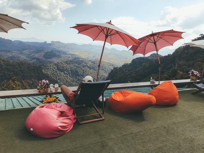 Koffie drinken met uitzicht op de groene bergen.