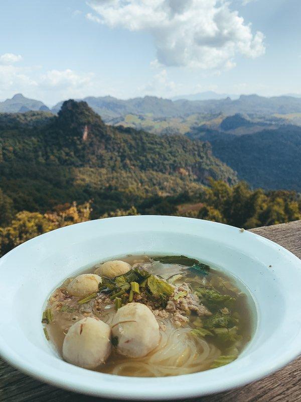 Hier eet je noedelsoep met een prachtig uitzicht over de bergen.