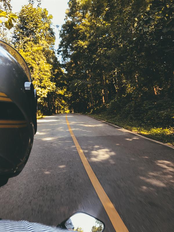 Met de scooter ontdek je de prachtige omgeving van Noord-Thailand.