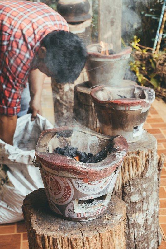 Zelf koffie maken bij een bergstam.