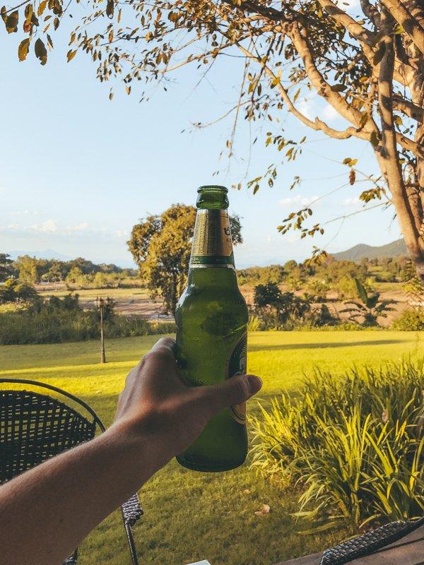 Hier drink je biertjes met uitzicht op de rijstvelden.