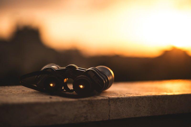 Een verrekijker is een van de leukste reiscadeaus voor iedereen die graag naar Afrika gaat.