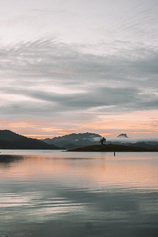 Zonsopgang vanaf het meer in Khao Sok.