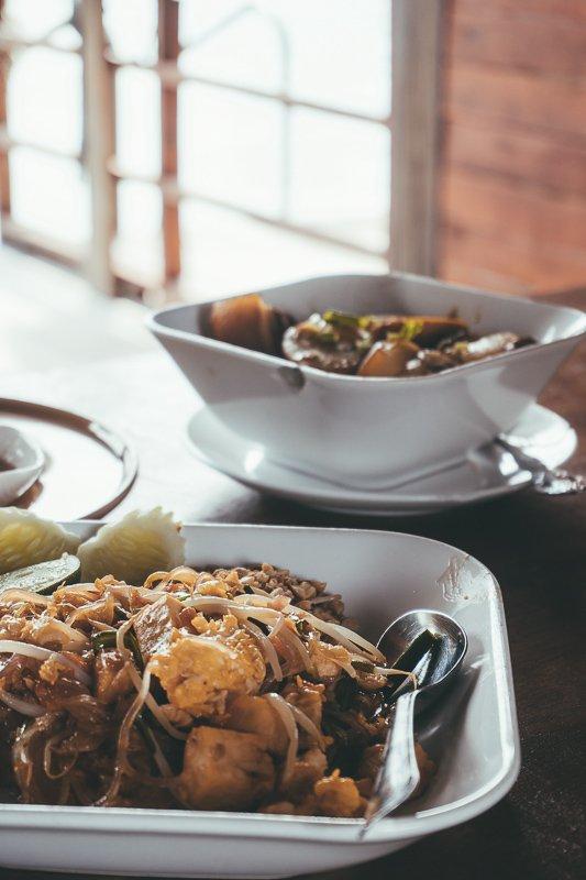 Tijdens een tour met Khao Sok Lake kun je heerlijk eten.