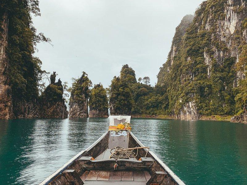 Met een longtailboot over het prachtige meer in Thailand.