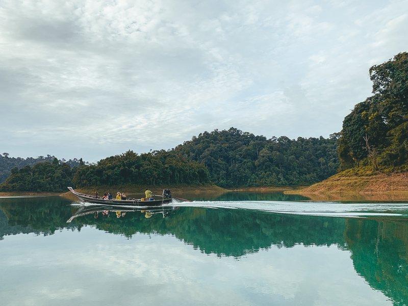 Varen over het meer van Khao Sok.