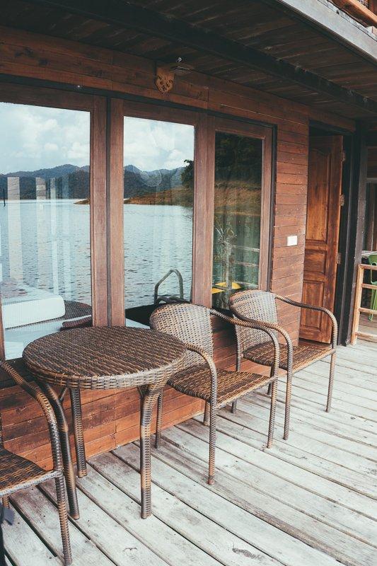 Een eigen balkon op de floating bungalow.