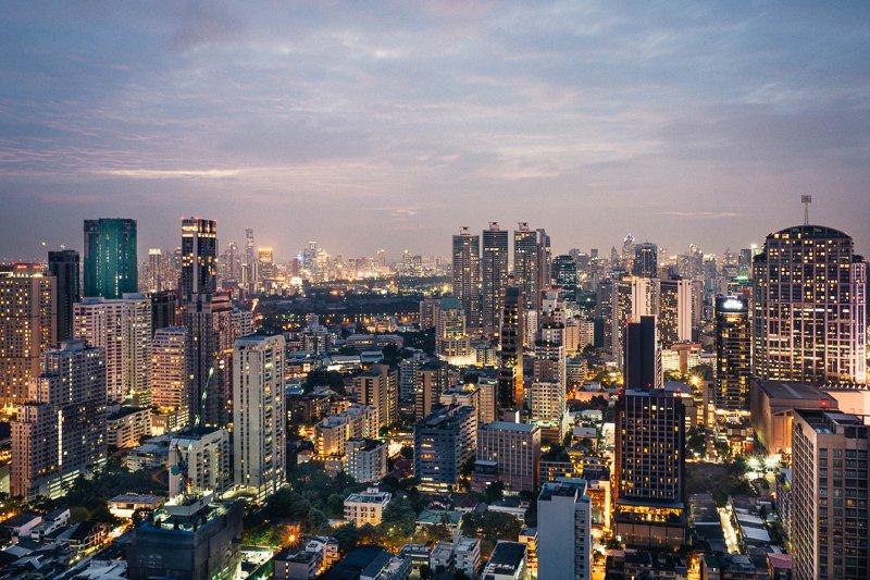 Bezoek een rooftop bar voor een spectaculair uitzicht over de Thaise metropool