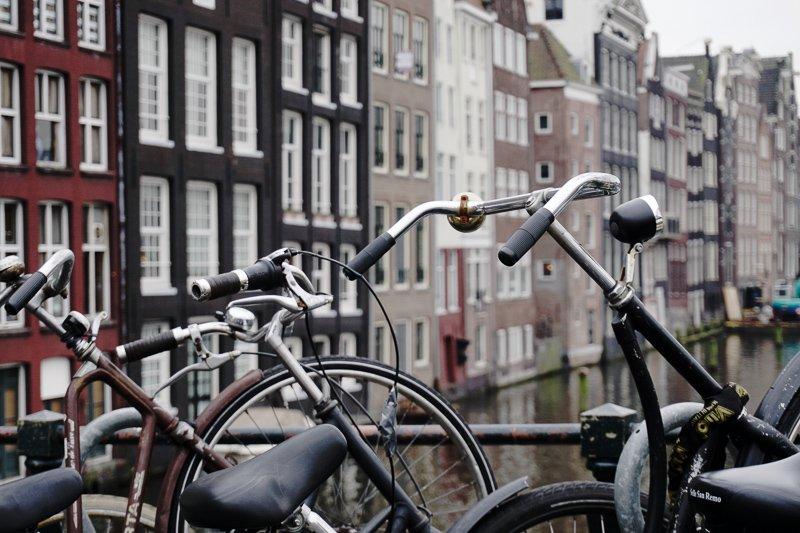 Ga op stedentrips in Nederland tijdens de maanden december en januari, wanneer het lekker knus en koud is.