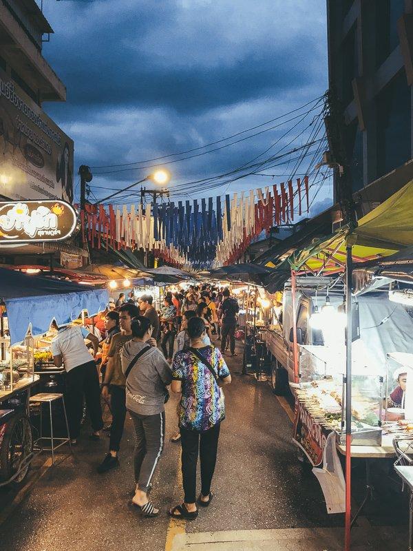 De nachtmarkt van Surat Thani.