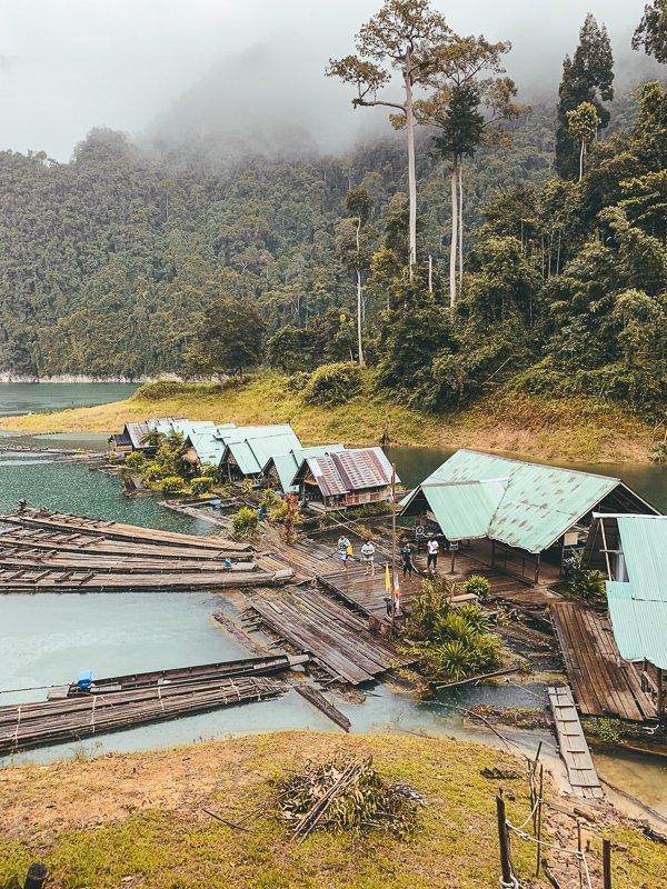 Hiken in het Khao Sok National Park.