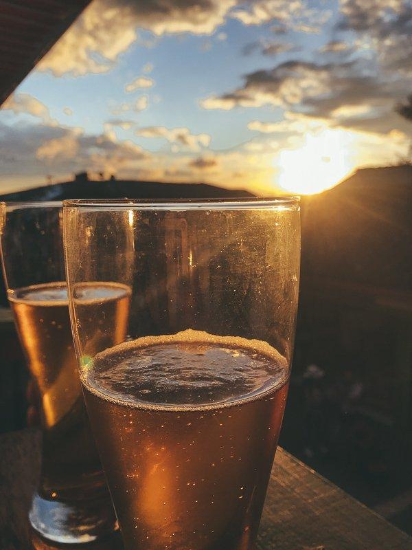 Bier en zonsondergang bij Calle Real