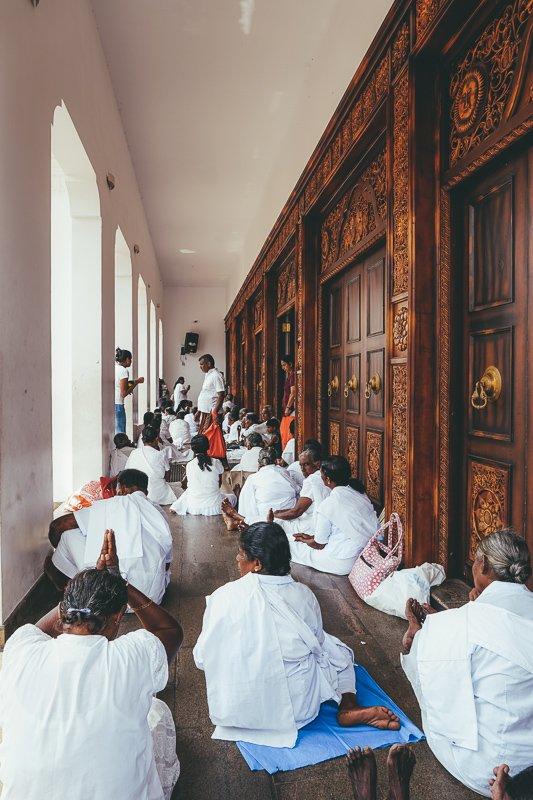 Biddende Boeddhisten in Sri Lanka