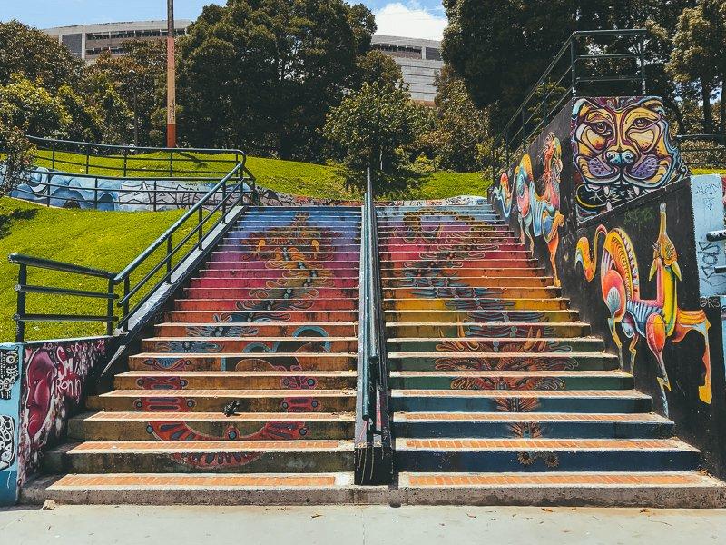 Kleurrijke trappen en graffiti in Colombia.