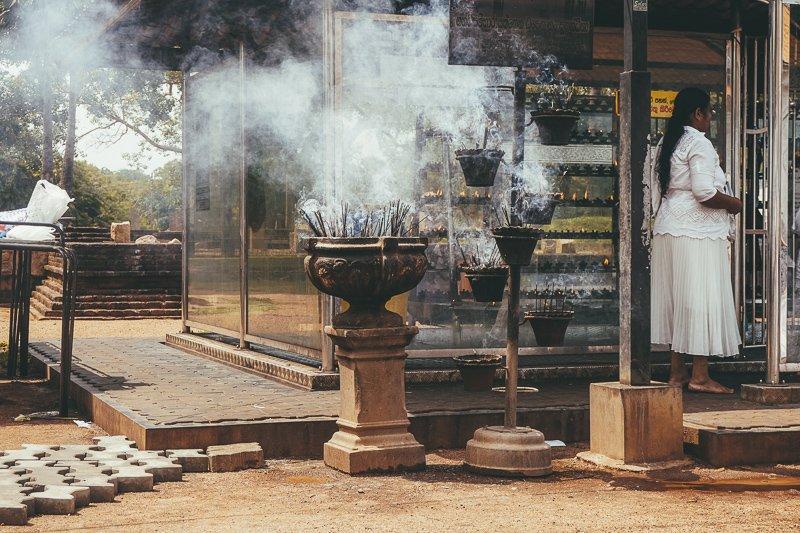 Wierook bij de tempels van Sri Lanka