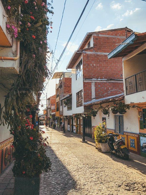 Wat te doen in Medellin? Maak absoluut een daguitstap naar Guatape!