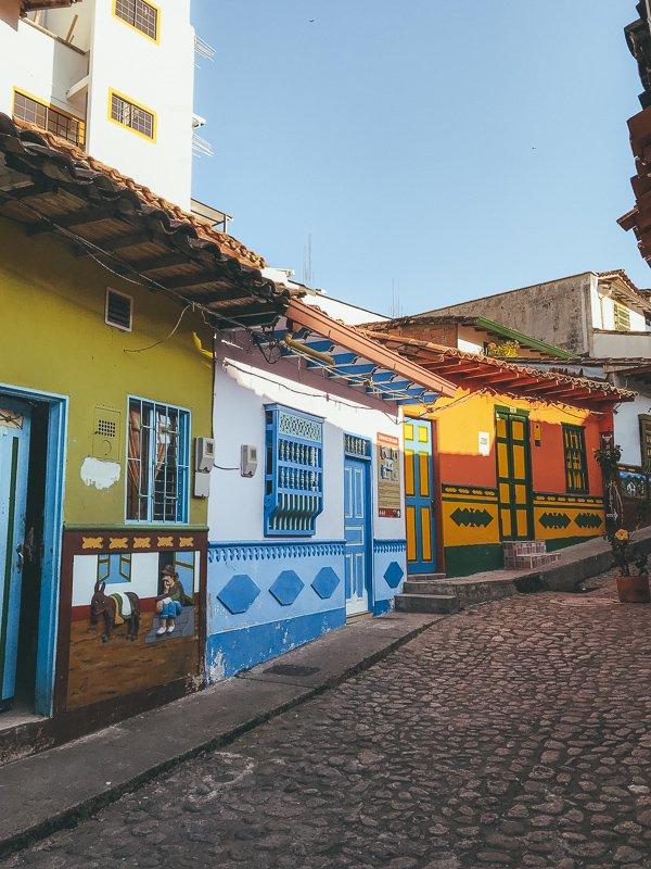 Kleurrijke straten van Guatape.