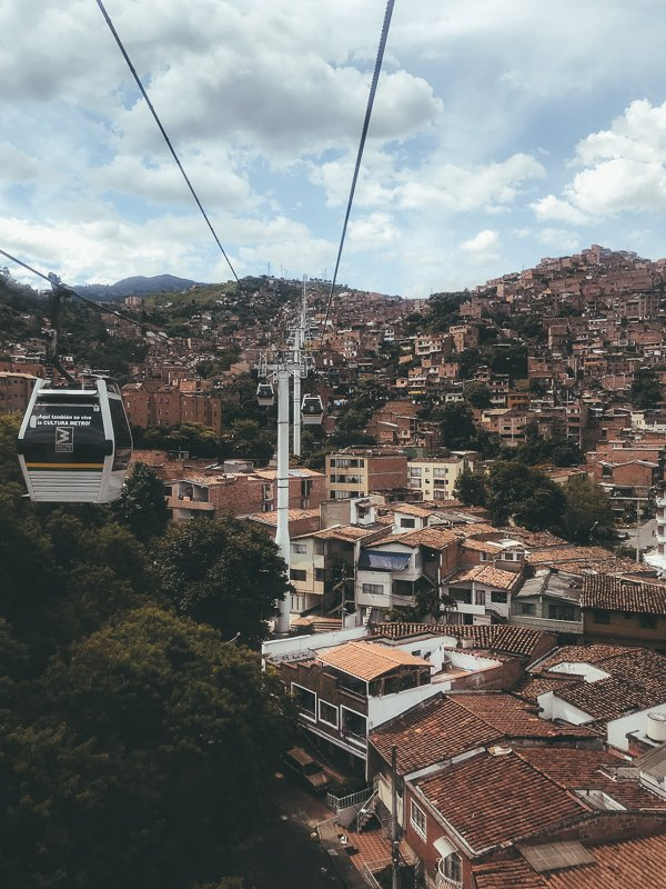 Met de kabelbaan richting de sloppenwijken.