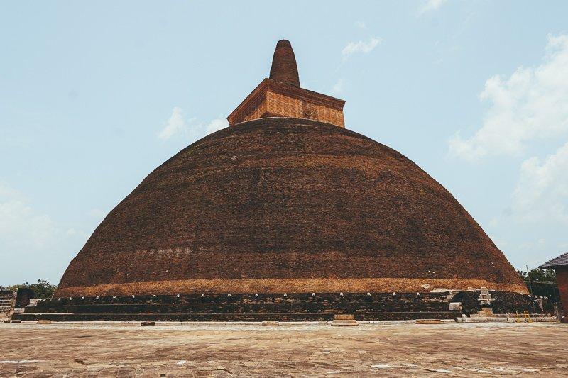 Een enorme stoepa in Anuradhapura