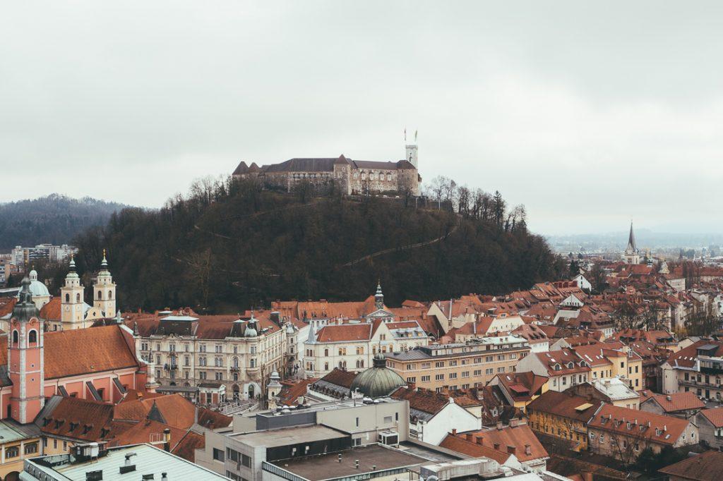 Het uitzicht op het centrum van Ljubljana en het kasteel.